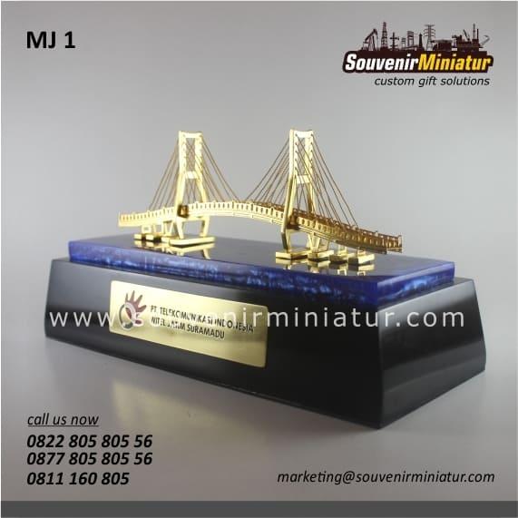 souvenir miniatur jembatan suramadu eksklusif