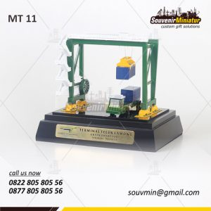 Souvenir Miniatur Crane Terminal Te