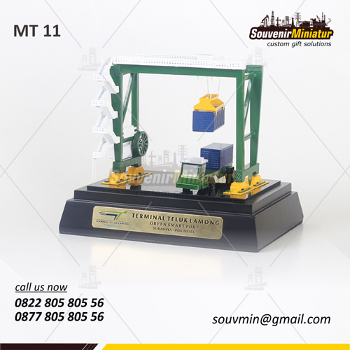 Souvenir Miniatur Crane Terminal Teluk Lamongan