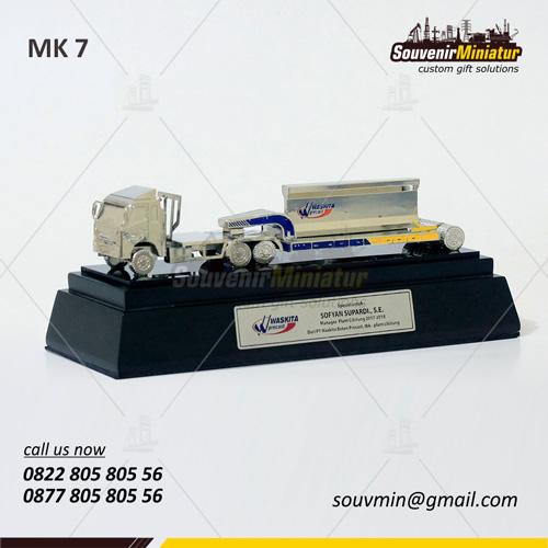 Souvenir Miniatur Truck Waskita