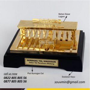 Souvenir Miniatur Gerbang Tol Singosari