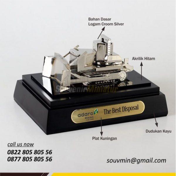 Detail Bahan Souvenir Miniatur Custom Bulldozer Adaro