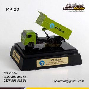 Souvenir Miniatur Truk Hino Merpati