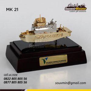 Souvenir Miniatur Kapal Pelindo 4