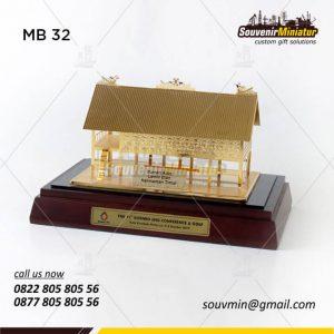 Souvenir Miniatur Rumah Adat Lamin Etan