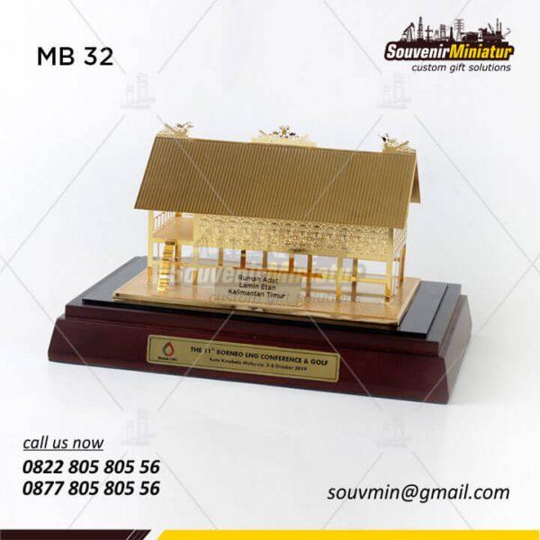 Miniatur Rumah Adat Lamin Etan
