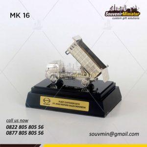 Souvenir Miniatur Truk Hino Motors