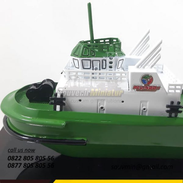 Zoom Detail Souvenir Miniatur Kapal Tugboat Pelindo 1