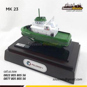 Souvenir Miniatur Kapal Tugboat Pel