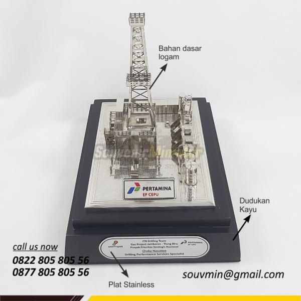 Detail Depan Souvenir Miniatur Rig Onshore Pertamina EP Cepu