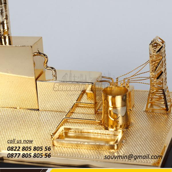 Detail Zoom Souvenir Miniatur Unit Induk PLN Sulawesi
